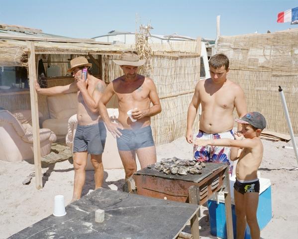 Éric, Serge, le fils de Jean-Claude, Charly, et le petit Mathieu font cuire au barbecue les moules pêchées le matin même par Éric. Lorsque les mères s'absentent, les pères prolongent l'apéro tandis que les enfants jouent.