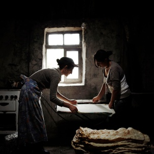 18/09/13 - Anoush et Ruzanna les deux belles soeurs préparent le lavash dans une dépendance de la maison familiale. Le lavash est le pain traditionnel arménien, les femmes le préparent en grande quantité puis le conserve pendant une ou deux semaines. Le faire à domicile est une des façons d'économiser de l'argent. Les maris d'Anoush et de Ruzanna sont frères, ils travaillent tous les deux en Russie. 09/18/13 - Anoush and Ruzanna two sisters in law prepare lavash in a dependency of the family home. The lavash is the traditional Armenian bread, women prepare it in large quantities and then kept it for one or two weeks. Doing it at home is a way to save money. Anoush's and Ruzanna's husbands are brothers and are working in Russia